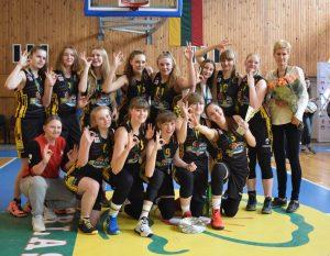 2000/2001 m. g. merginų komanda, trenerė Jūratė Bertulienė
